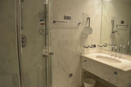 Badezimmer en Suite des Hauptschlafzimmers