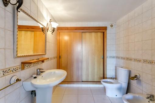 Badezimmer mit Einbauschrank