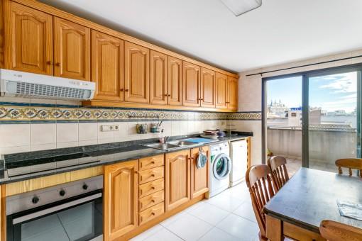 Separate und voll ausgestattete Küche mit Terrassenzugang