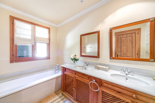Einladendes Badezimmer mit Badewanne