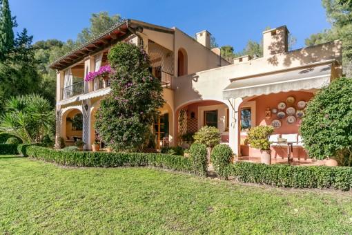 Ein schöner und mediterraner Garten umgibt die Villa