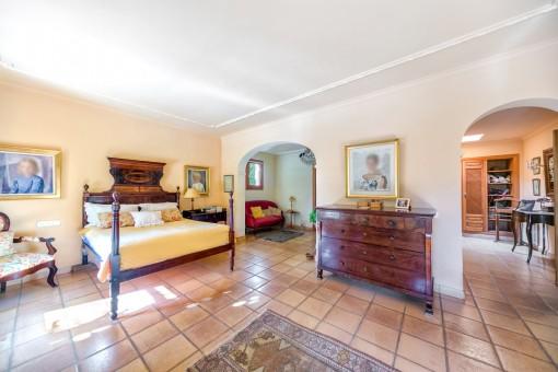 Großes Schlafzimmer mit Ankleideraum und Badezimmer en Suite