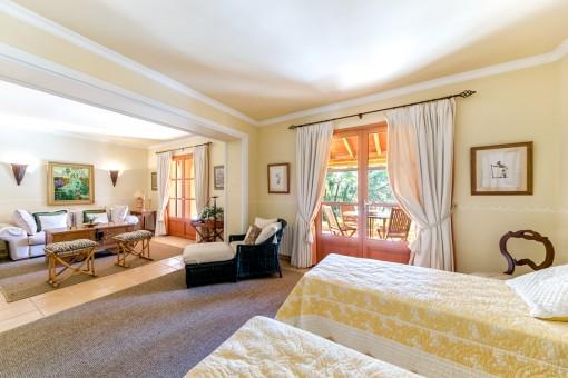 Das herrliche Schlafzimmer verfügt über einen Wohnbereich und Terrassenzugang