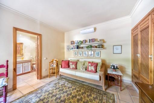 Weiteres Schlafzimmer mit Lounge, Badezimmer en Suite und Einbauschrank