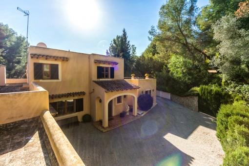 Außenansicht der mediterranen Villa