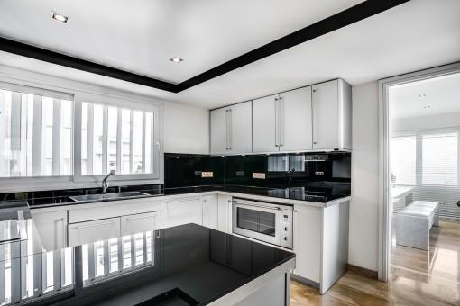 Moderne und voll ausgestatte Küche