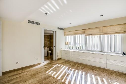 Großes Schlafzimmer mit Badezimmer en Suite