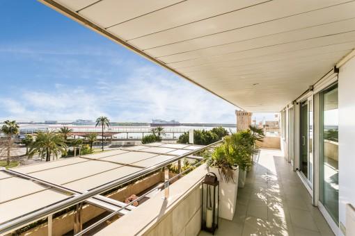 Fantastische Terrasse mit Meer- und Hafenblick