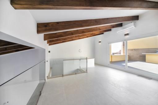 Eleganter Wohnbereich mit Zugang zur Dachterrasse