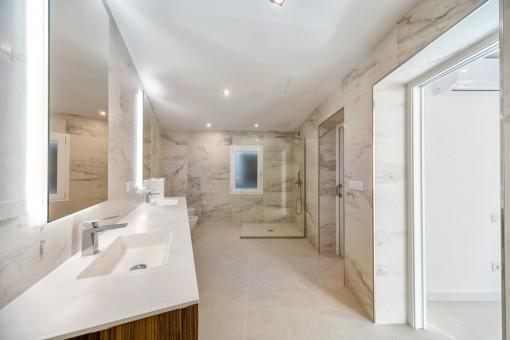 Geräumiges Badezimmer mit begehbarer Dusche