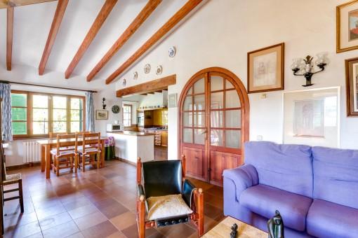 Blick von dem Wohnbereich in die Küche