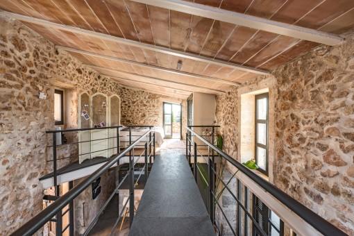 Eine beeindruckende Galerie führt zu einem offenen Schlafzimmer