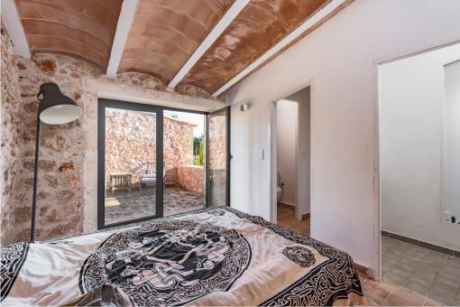Das Schlafzimmer verfügt über Terrasse und Badezimmer en Suite