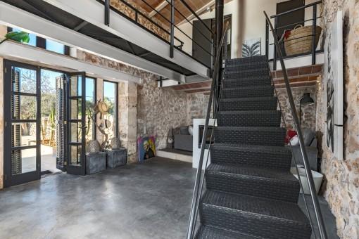 Eine Treppe führt in den oberen Stock