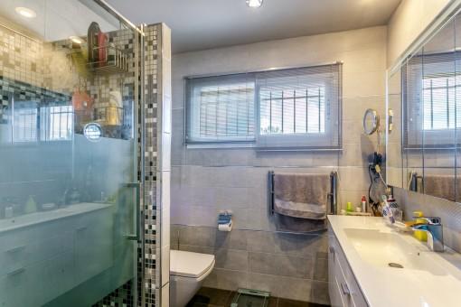 Hauptbadezimmer mit einladender Dusche