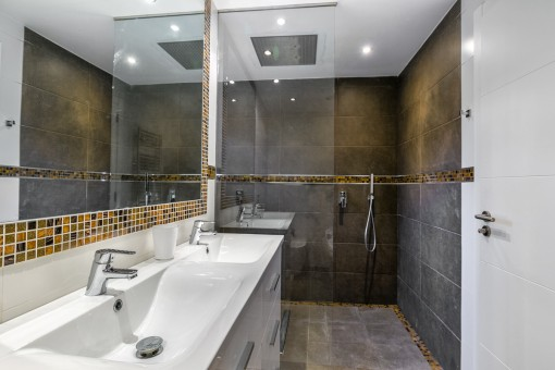 Moderne, ebenerdige Dusche