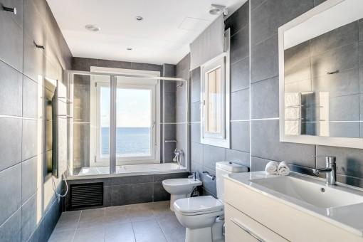 Fantastisches Meerblick-Badezimmer