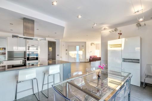 Großzügiger Wohn-und Essbereich mit offener Küche