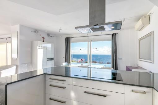 Elegante Küche mit Meerblick