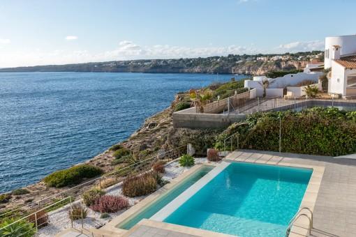 Die Villa bietet einen spektakulären Blick über das Meer