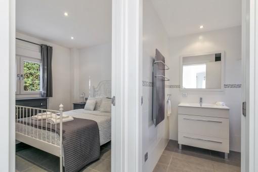 Eines von 4 schönen Schlafzimmern mit Badezimmer en Suite