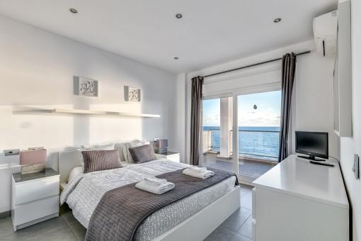 Komfortables Doppelschlafzimmer mit Terrasse im oberen Stock
