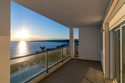 Die Terrasse lädt ein wundervolle Sonnenuntergänge zu genießen