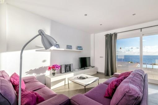 Gemütlicher Wohnbereich mit Terrassenzugang