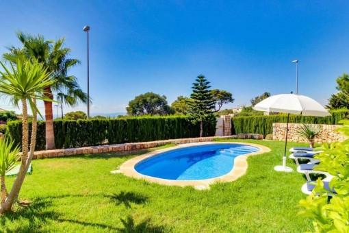 Wundervoller Garten mit Pool
