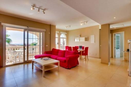 Heller Wohn-und Essbereich mit Terrassenzugang