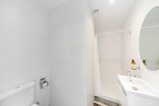 Weißes Duschbadezimmer