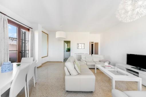 Der komfortable Wohnbereich bietet Zugang zur Terrasse
