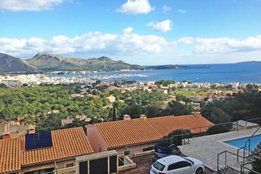In Berglage erstreckt sich der Panoramablick dieses Reihenhauses über die gesamte Bucht von Pollença