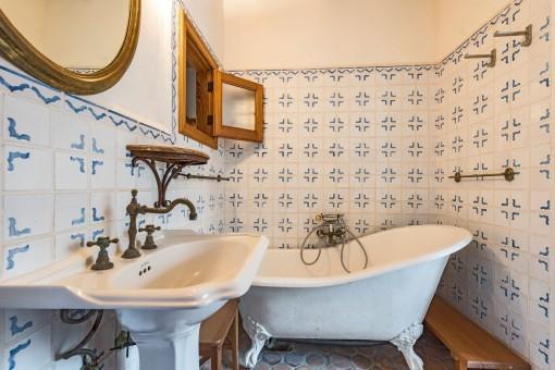 Antikes Badezimmer mit Badewanne