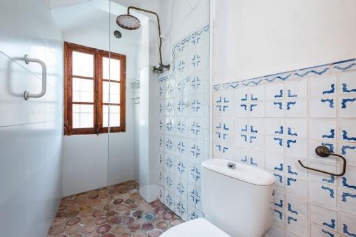Duschbadezimmer mit mallorquinischen Fliesen