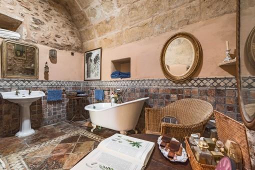 Ursprüngliches Badezimmer mit Steinfliesen und Gewölbedecke