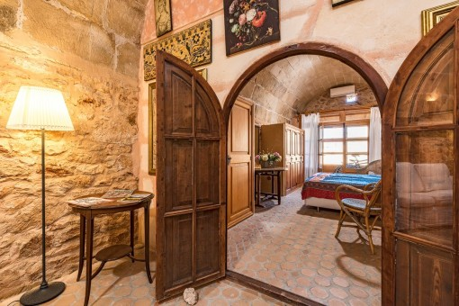 Eine Holztür führt vom Wohnbereich ins Schlafzimmer