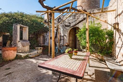 Die malerische Mühle hat einen eigenen Brunnen