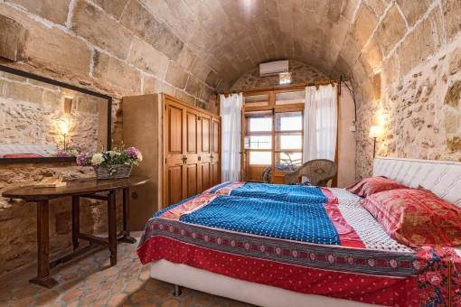 Rustikales Doppelschlafzimmer mit Einbauschränken