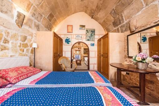Auch das Schlafzimmer hat eine Stein-Gewölbedecke