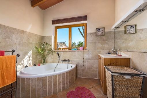 Fantastische Badewanne in diesem Badezimmer