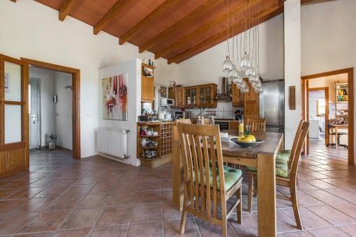 Langer Esstisch in der Küche