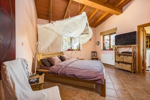 Einladendes Schlafzimmer mit Doppelbett