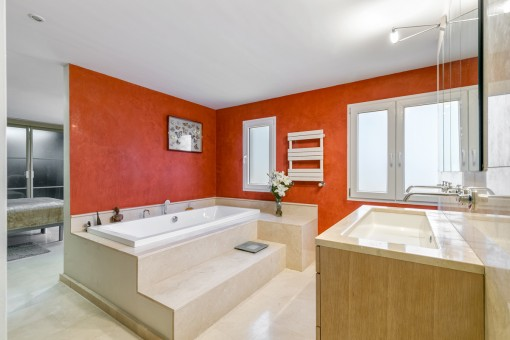 Hauptbadezimmer mit Badewanne für Wintertage