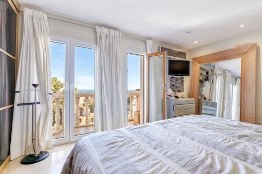 Das gemütliche Schlafzimmer bietet Zugang zur Terrasse