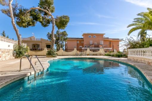 Einladender Poolbereich des Wohnkomplexes