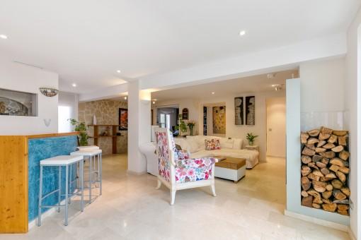 Komfortabler Wohnbereich mit Kamin und Bar