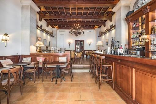 Herrliches Restaurant mit Holzdecke