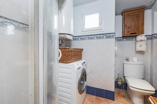 Duschbadezimmer mit Waschmaschine