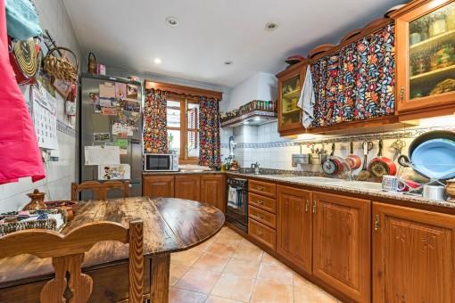Herrliche Landhausküche mit Frühstückstisch